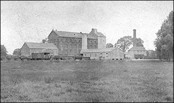 Burton Latimer's north water mill in about 1920.  It was known as Wallis' Mill and later became the home of Weetabix