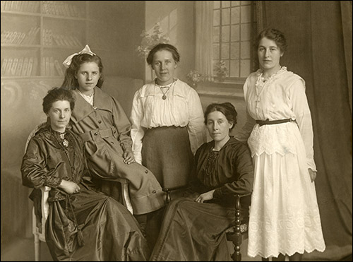 The five Tilbury sisters in about 1919 - the future Annie Potter is on the extreme left