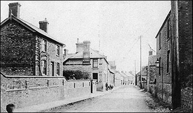 Photograph of the Waggon & Horses, dated 1900s, showing the narrowness of Kettering Road.