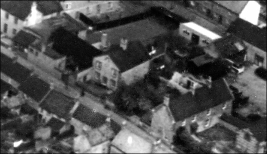 Aerial view of the former Methodist Chapel, seen in 1950.  It is flanked by the old Band Club buildings to the north and the former farmhouse of Washpit Farm to the south